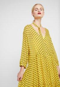 Stella Nova - MILO 2-IN-1 - Denní šaty - yellow/black - 3