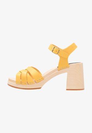 ELSIE - Dřeváky - yellow