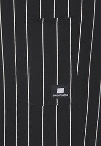 Sweet SKTBS - UNISEX SWEET 80S CHINOS - Bukser - black/white - 2