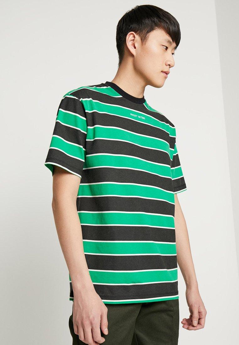 Sweet SKTBS - 90S LOOSE - Camiseta estampada - black/bright green/white