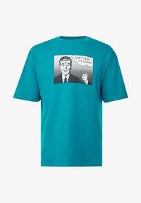 Sweet SKTBS - 90S LOOSE - Print T-shirt - panic/petrol - 4
