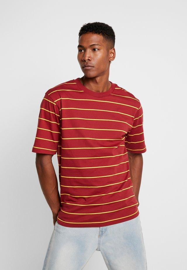 LOOSE SURFER - T-shirts print - dark red/yellow