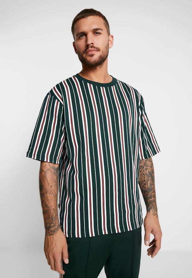 LOOSE SURFER - T-shirt med print - green/dark red/white