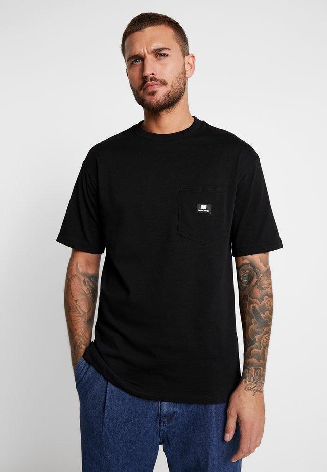 LOOSE POCKET - T-shirt med print - desert black
