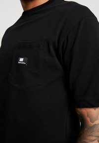 Sweet SKTBS - LOOSE POCKET - Print T-shirt - desert black - 4