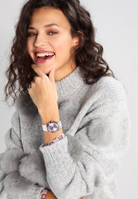 Swatch - SWATCH BY COCO HO - Montre - pink - 0