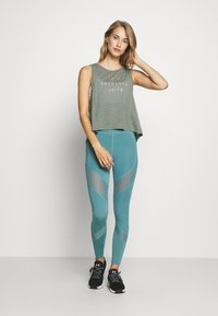 Sweaty Betty - SWING - Topper - sage green