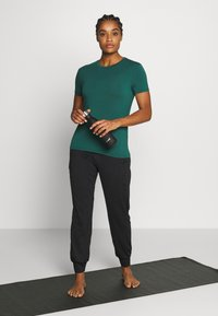 Sweaty Betty - EUPHORIA  - T-shirt basic - june bug green - 1