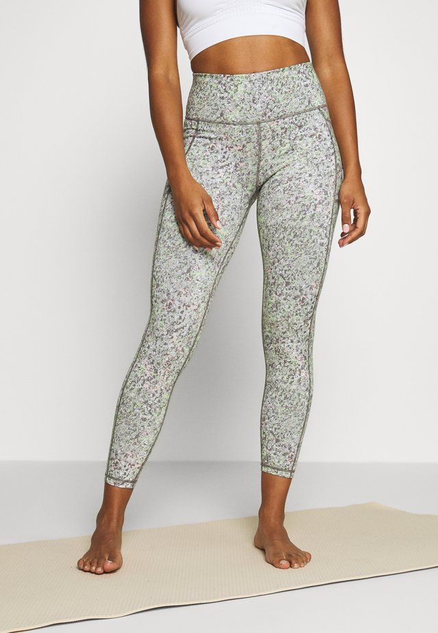 SUPER SCULPT CROPPED YOGA  - 3/4 sports trousers - green alert