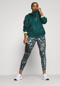 Sweaty Betty - ANORAK OVERHEAD JACKET - Regenjas - june bug green - 1