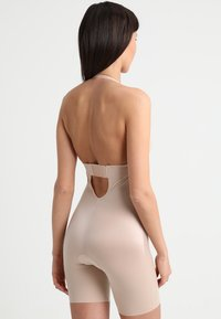 Spanx - SUIT YOUR FANCY PLUNGE LOW BACK MID TIGH  - Body - champagne beige - 6