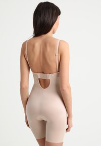 Spanx - SUIT YOUR FANCY PLUNGE LOW BACK MID TIGH  - Body - champagne beige - 4