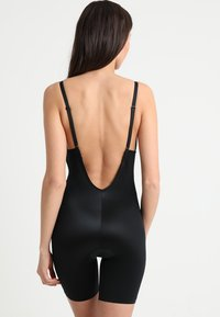 Spanx - SUIT YOUR FANCY PLUNGE LOW BACK MID TIGH  - Body - very black