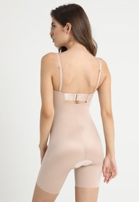 Spanx - SUIT YOUR FANCY STRAPLESS CUPPED MID-TIGH BODYSUIT - Body - champagne beige - 2