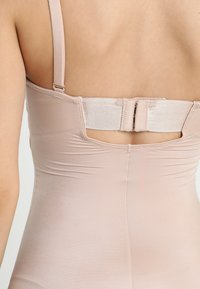 Spanx - SUIT YOUR FANCY STRAPLESS CUPPED MID-TIGH BODYSUIT - Body - champagne beige - 6
