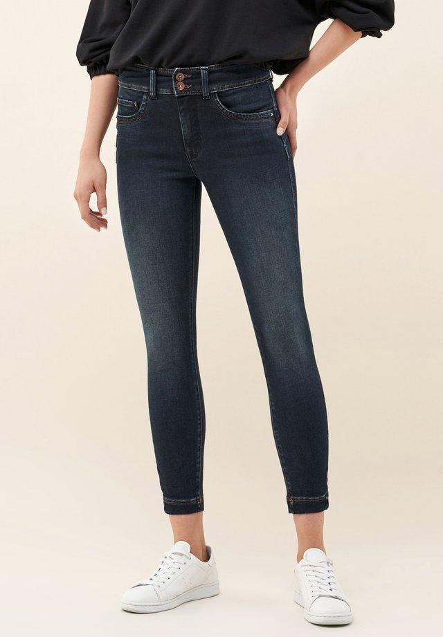 SECRET PUSH IN CAPRI - Jeans Skinny Fit - blue