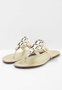 Tory Burch - MILLER - Sandály s odděleným palcem - spark gold - 4