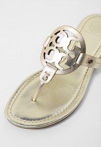 Tory Burch - MILLER - Sandály s odděleným palcem - spark gold - 2