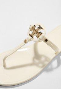 Tory Burch - MINI MILLER FLAT THONG - Japonki kąpielowe - ivory - 2