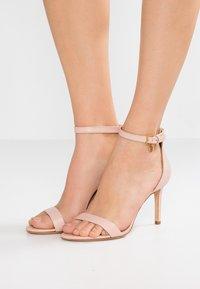 Tory Burch - ELLIE ANKLE STRAP - Sandály na vysokém podpatku - sea shell pink - 0