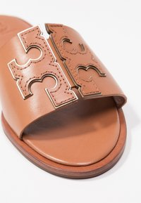 Tory Burch - INES SLIDE - Pantofle - tan/spark gold - 2