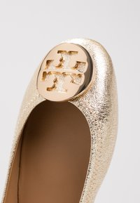 Tory Burch - MINNIE TRAVEL BALLET  - Ballet pumps - spark gold - 2