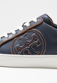 Tory Burch - T-LOGO PIPED - Sneakers - royal navy - 2