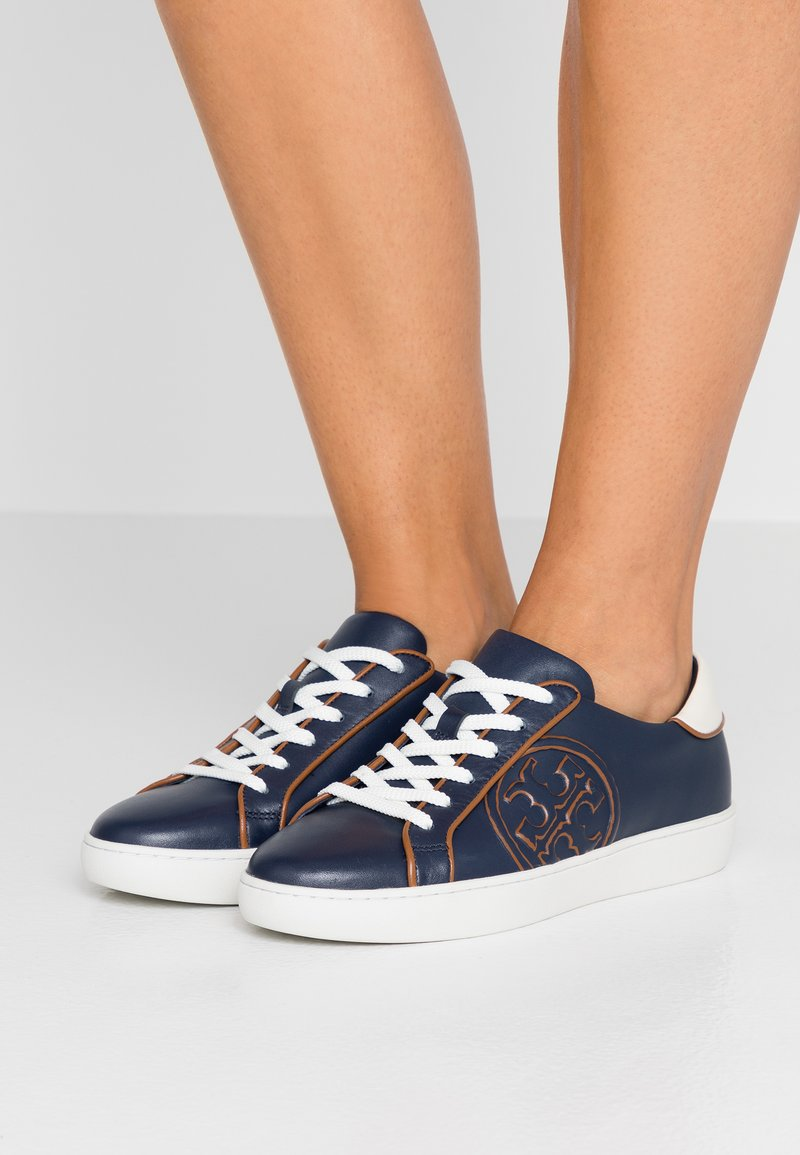 Tory Burch - T-LOGO PIPED - Sneakers - royal navy