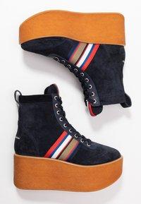 Tory Burch - STRIPED HIGH TOP PLATFORM  - Kotníkové boty na platformě - tory navy/sirena navy - 3