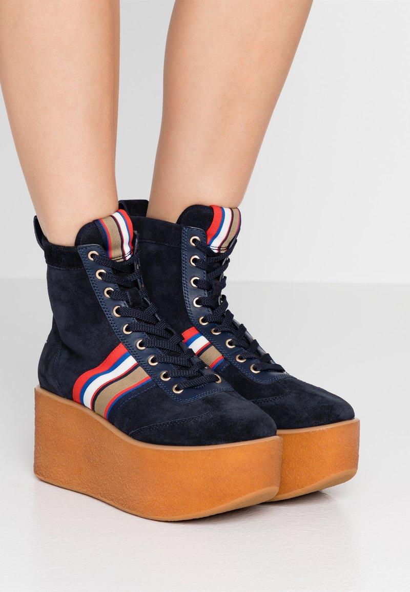 Tory Burch - STRIPED HIGH TOP PLATFORM  - Kotníkové boty na platformě - tory navy/sirena navy