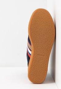 Tory Burch - STRIPED HIGH TOP PLATFORM  - Kotníkové boty na platformě - tory navy/sirena navy - 6