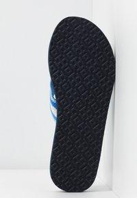 Tory Burch - GEMINI LINK THIN  - T-bar sandals - blue - 6