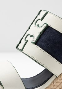 Tory Burch - INES WEDGE - Sandali con tacco - perfect ivory/royal navy - 2
