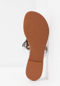 Tory Burch - MILLER - Sandály s odděleným palcem - silver/tan - 6