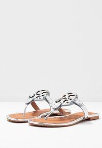Tory Burch - MILLER - Sandály s odděleným palcem - silver/tan - 4