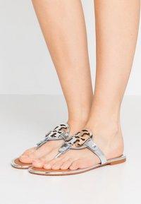 Tory Burch - MILLER - Sandály s odděleným palcem - silver/tan - 0