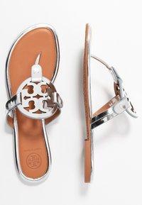 Tory Burch - MILLER - Sandály s odděleným palcem - silver/tan - 3