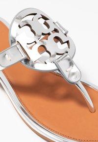 Tory Burch - MILLER - Sandály s odděleným palcem - silver/tan - 2