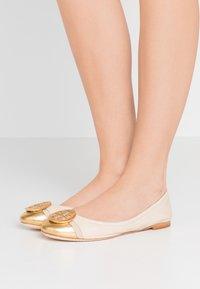 Tory Burch - MINNIE CAP-TOE - Ballerina's - dulce de leche/gold - 0