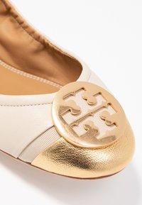 Tory Burch - MINNIE CAP-TOE - Ballerina's - dulce de leche/gold - 2
