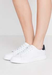 Tory Burch - VALLEY FORGE  - Sneakers laag - titanium white/tory navy - 0