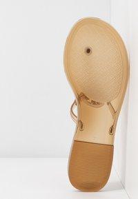 Tory Burch - MINI MILLER FLAT THONG - Sandály s odděleným palcem - brown - 6