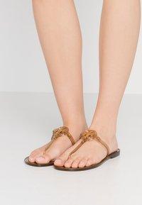 Tory Burch - MINI MILLER FLAT THONG - Sandály s odděleným palcem - brown - 0