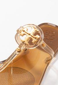 Tory Burch - MINI MILLER FLAT THONG - Sandály s odděleným palcem - brown - 2