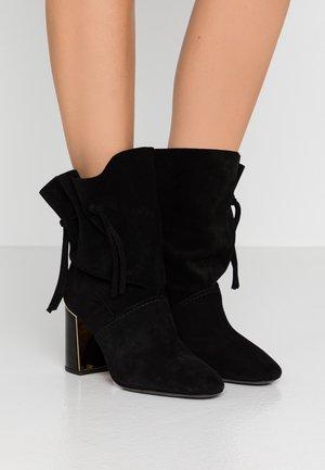 GIGI BOOTIE - Kotníková obuv na vysokém podpatku - perfect black