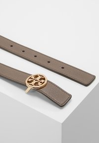 Tory Burch - REVERSIBLE LOGO BELT - Belt - silver maple/claret - 2