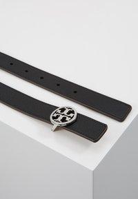 Tory Burch - REVERSIBLE LOGO BELT - Belt - black/silver-coloured - 2
