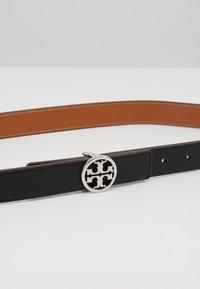Tory Burch - REVERSIBLE LOGO BELT - Belt - black/silver-coloured - 5