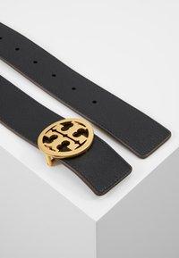 Tory Burch - REVERSIBLE LOGO BELT - Pásek - black/gold-coloured - 2
