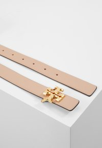 Tory Burch - KIRA LOGO BELT - Pásek - devon sand/gold-coloured - 2